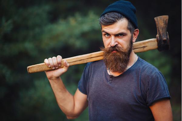 hombre barbudo con hacha