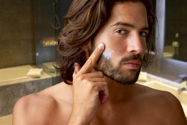 aplicando tratamiento para caspa en la barba