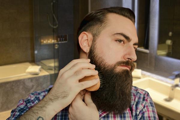 cepilla la barba para remover la caspa